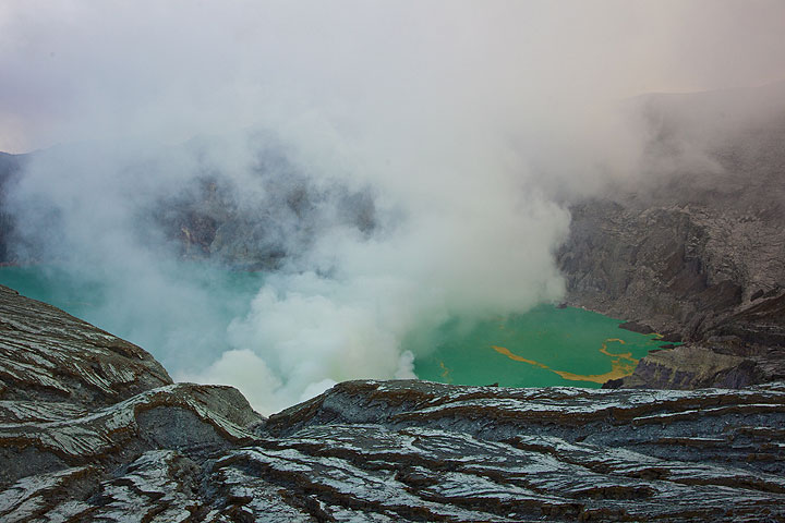 Lago del cráter del volcán Ijen turquesa (Photo: Tom Pfeiffer)