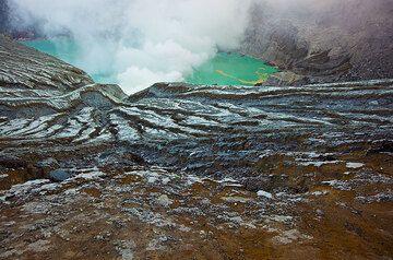 The acid crater lake Kawah Ijen of Ijen volcano (Photo: Tom Pfeiffer)