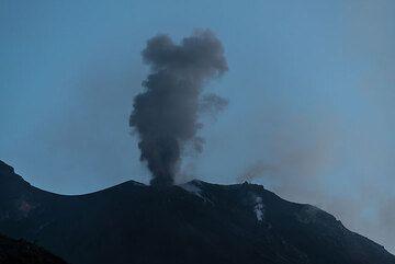 En contraste con los principios de 2013, la ventilación NE tenía erupciones solamente pocos y relativamente débiles. Éste expulsa un penacho de ceniza pequeña (y casi no hay bombas incandescentes). (Photo: Tom Pfeiffer)