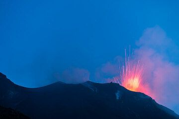 Al atardecer, las explosiones de la ventilación NW se convirtió en brillantes. (Photo: Tom Pfeiffer)