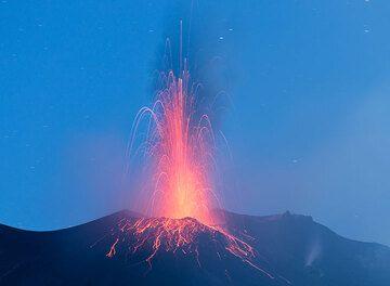 Una erupción más fuerte del respiradero NE. (Photo: Tom Pfeiffer)