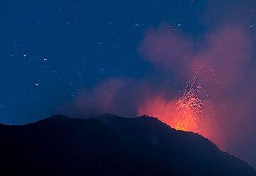 Vista desde el Mirador de 400 m con una erupción de la ventilación del NW. (Photo: Tom Pfeiffer)