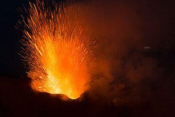 Erupción del respiradero del NW. (Photo: Tom Pfeiffer)