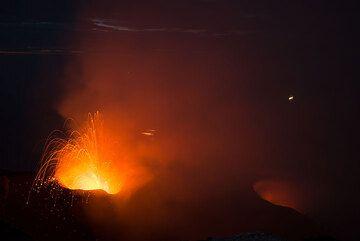 La erupción del resplandor de ventilación y débil NW de la NE de ventilación en la noche. (Photo: Tom Pfeiffer)