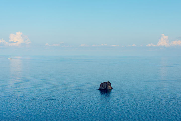 Vista al islote Strombolicchio - los restos de un volcán más viejo precursor de Stromboli. (Photo: Tom Pfeiffer)