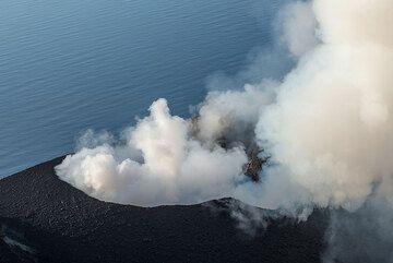 Intenso vapor desde el ducto principal del cráter NW (Photo: Tom Pfeiffer)