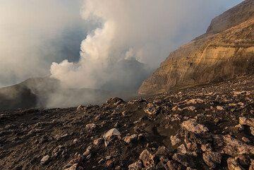Vista a terraza de cráter de Stromboli al oeste de la pared del cráter de Pizzo. (Photo: Tom Pfeiffer)