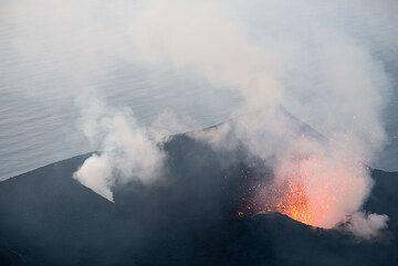 Las salpicaduras de uno de los orificios de cráter NW brillante. (Photo: Tom Pfeiffer)
