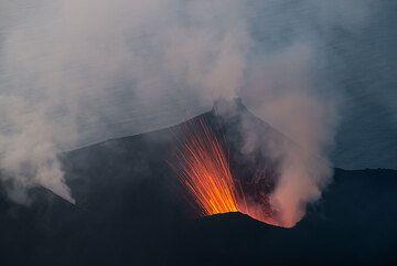 Pequeña erupción del respiradero del NW. (Photo: Tom Pfeiffer)