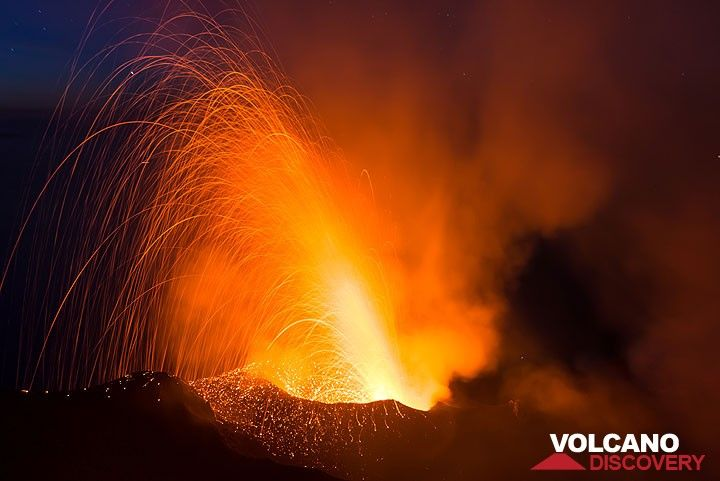 Powerful explosion from the NW crater vent at night (Photo: Tom Pfeiffer)
