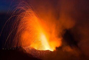 Potente explosión del respiradero del cráter de NW en la noche (Photo: Tom Pfeiffer)