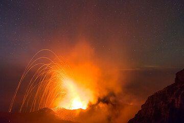 Disparo gran angular de una erupción del cráter NW con el cielo estrellado. (Photo: Tom Pfeiffer)