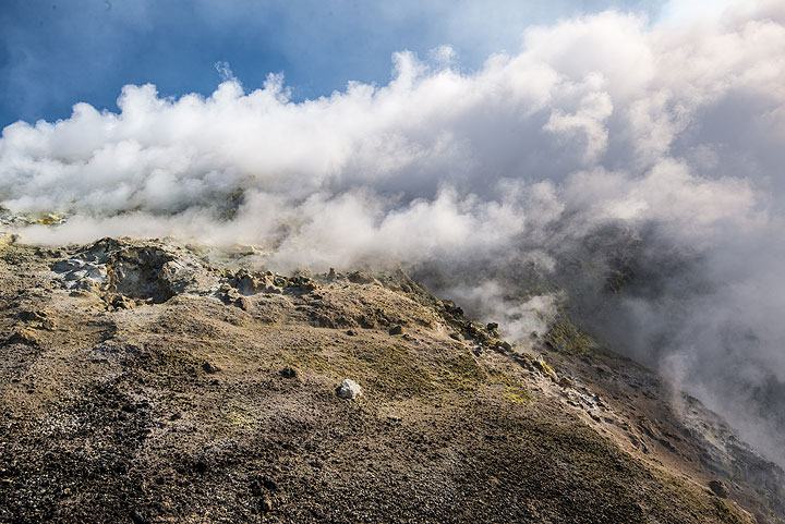 Fumaroles near the northern end of the former diaframma (now collapsed ridge between Voragine and Bocca Nuova) (Photo: Tom Pfeiffer)