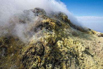 Sulfur deposits (Photo: Tom Pfeiffer)