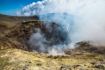 The central crater, Voragine, of Etna. (Photo: Tom Pfeiffer)