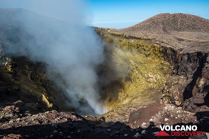 Looking into the NE crater (Photo: Tom Pfeiffer)