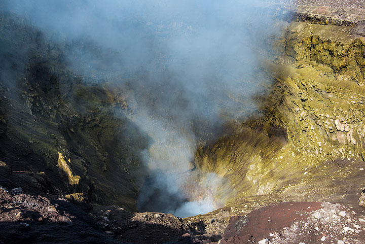 Most of the inner crater walls of the NE crater are covered by yellow sulfur deposits, result of constant degassing. (Photo: Tom Pfeiffer)