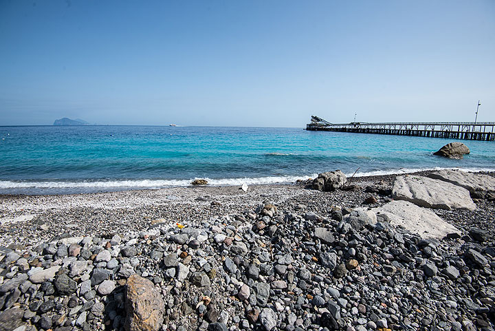 Porticello pumice beach - the most recent loading pier to the right (Photo: Tom Pfeiffer)