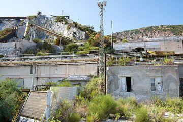 Pumice mining facilities (Photo: Tom Pfeiffer)