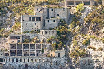 Zoom on the older Cave di Pomice (Photo: Tom Pfeiffer)