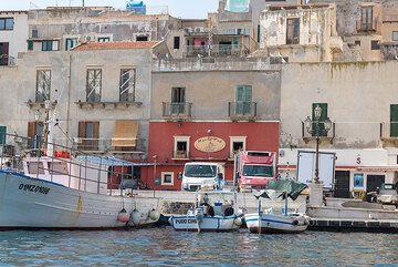 The small fishing harbor of Marina Corta, Lipari (Photo: Tom Pfeiffer)