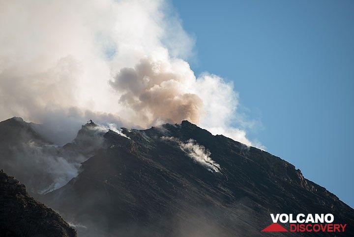 Ocasionalmente, la ventilación en la terraza de la Cumbre occidental produce explosiones con emisiones de ceniza. (Photo: Tom Pfeiffer)