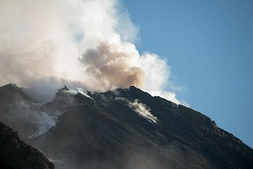 Occasionally, the western vent in the summit terrace produces explosions with ash emissions. (Photo: Tom Pfeiffer)