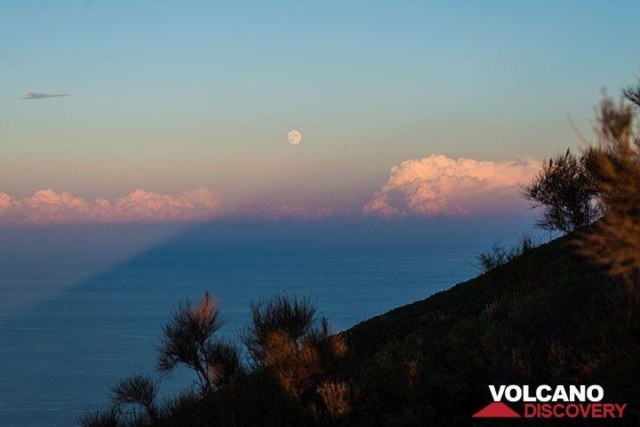 Sombra de Stromboli apuntando a la creciente luna llena. (Photo: Tom Pfeiffer)