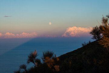 Stromboli's shadow pointing to the rising full moon. (Photo: Tom Pfeiffer)