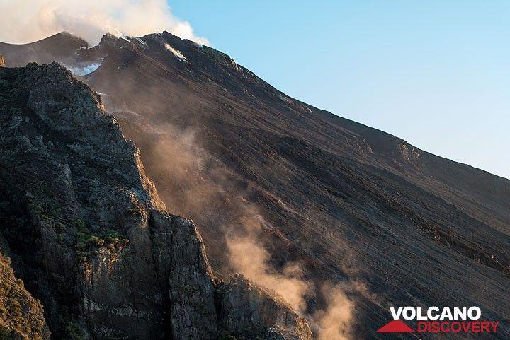 Ve hacia la mitad superior de la Sciara del Fuoco en 7 tarde Oct. El flujo de lava es apenas visible, sobre todo debido al polvo levantado de los bloques de sus frentes. (Photo: Tom Pfeiffer)