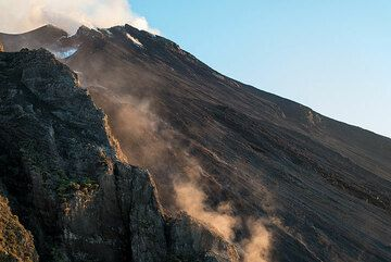 View onto the upper half of the Sciara del Fuoco on 7 Oct afternoon. The lava flow is barely visible, mostly due to the dust stirred up from blocks detaching from its fronts. (Photo: Tom Pfeiffer)