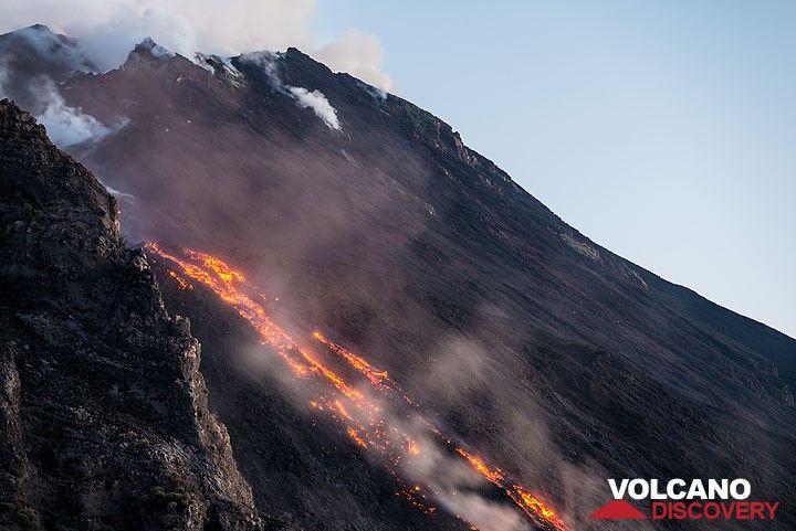 Al atardecer, la lava se vuelve más brillante. (Photo: Tom Pfeiffer)