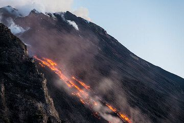 At dusk, the lava becomes brighter. (Photo: Tom Pfeiffer)