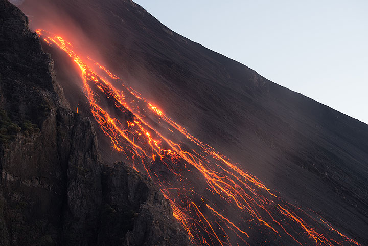 Lava flow front and glowing rockfalls (Photo: Tom Pfeiffer)