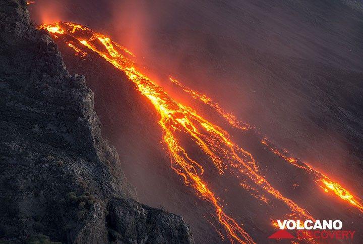 La lava se vuelve más brillante y más brillante como la luz se desvanece. (Photo: Tom Pfeiffer)