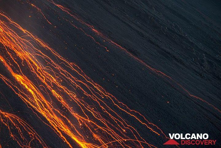 Desprendimientos de rocas brillantes senderos en la sección intermedia de la Sciara del Fuoco (Photo: Tom Pfeiffer)