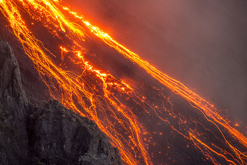Glowing rockfalls (Photo: Tom Pfeiffer)
