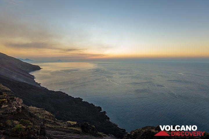 Mirando hacia abajo hasta la orilla en el delta de lava oscura creada por la erupción actual (que abarca el delta 2007 lava en el mismo lugar). (Photo: Tom Pfeiffer)