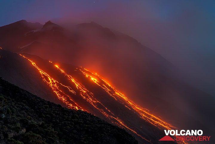 Flujos de lava activos después del atardecer (Photo: Tom Pfeiffer)