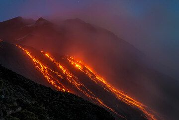 Active lava flows after sunset (Photo: Tom Pfeiffer)