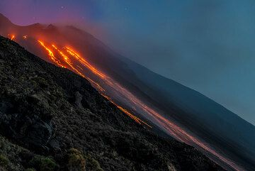 The lava flows only reach about 500 m elevation, but glowing blocks roll down almost to the sea (Photo: Tom Pfeiffer)