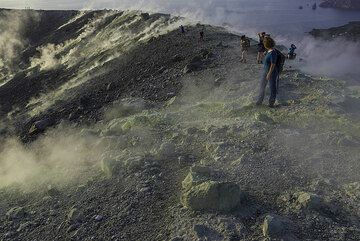 On the crater rim (Photo: Tom Pfeiffer)