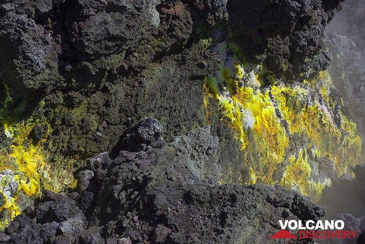 Fumarolic deposit on the May 2016 lava flow (Photo: Tom Pfeiffer)