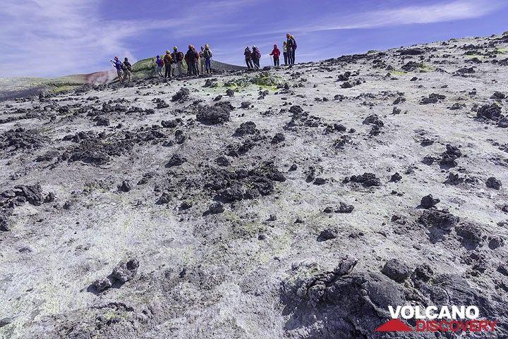 White fumarolic deposits on the western crater rim of Bocca Nuova (Photo: Tom Pfeiffer)