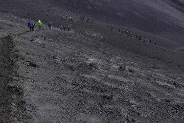 Descending from Bocca Nuova (Photo: Tom Pfeiffer)