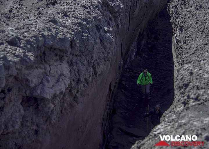 Inside a lava channel of the 2002 eruption (Photo: Tom Pfeiffer)