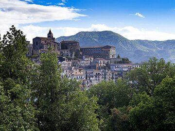 The village of Castiglione on top of a mountain in Sicily. (Photo: Tobias Schorr)