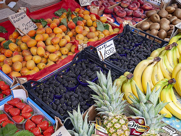 Fruit from all over Sicily in the market of Catania. (Photo: Tobias Schorr)