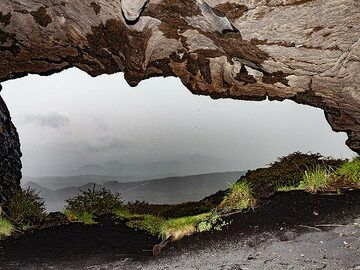 """The cave of """"Pythagoras"""" was our shelter while it was raining on Etna. (Photo: Tobias Schorr)"""