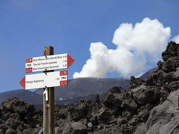 The hiking path signs on the Etna summit. (Photo: Tobias Schorr)